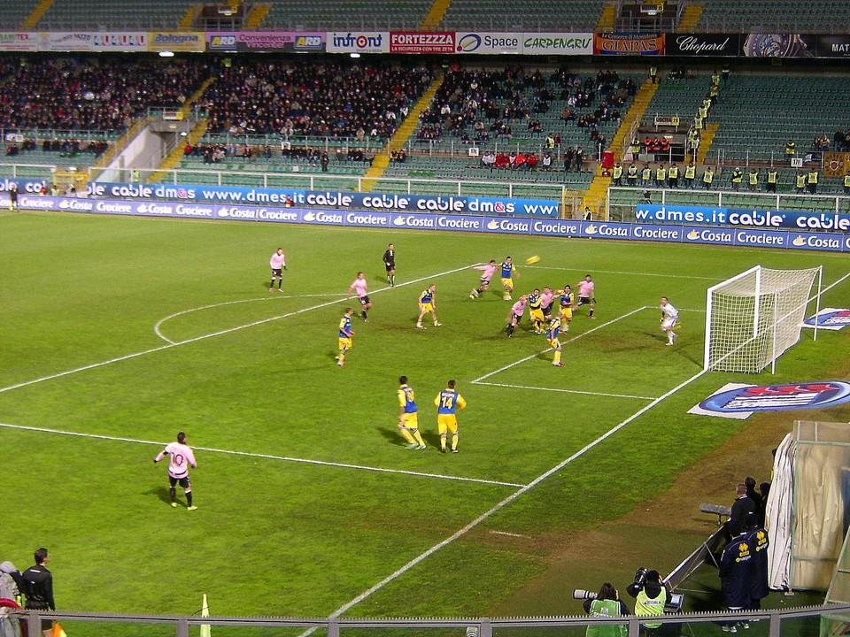 Il capitano del Palermo, Fabrizio Miccoli, batte un calcio di punizione durante i quarti di finale di Tim Cup 2010-2011 disputati tra Palermo e Parma il 25 Gennaio 2011.