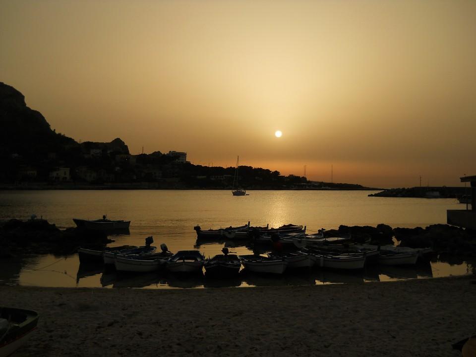 Le tipiche barche dei pescatori ormeggiate a Sferracavallo (Palermo) al tramonto. Data di scatto: 20/06/2012