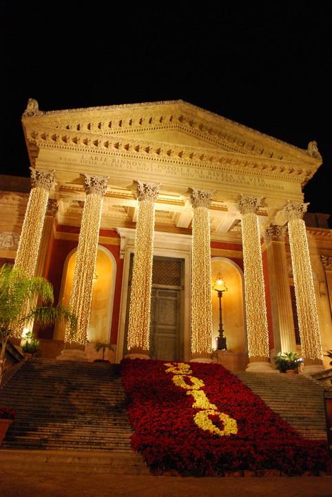 Lo splendido Teatro Massimo di Palermo in una suggestiva cornice di luci e fiori durante le festività natalizie del 2009. Data di scatto: 03/01/2010