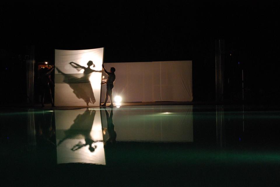 La leggiadria di una ballerina classica durante una suggestiva performance in piscina a cui ho avuto modo di assistere durante le vacanze estive nel 2009. Data di scatto: 28/08/2009