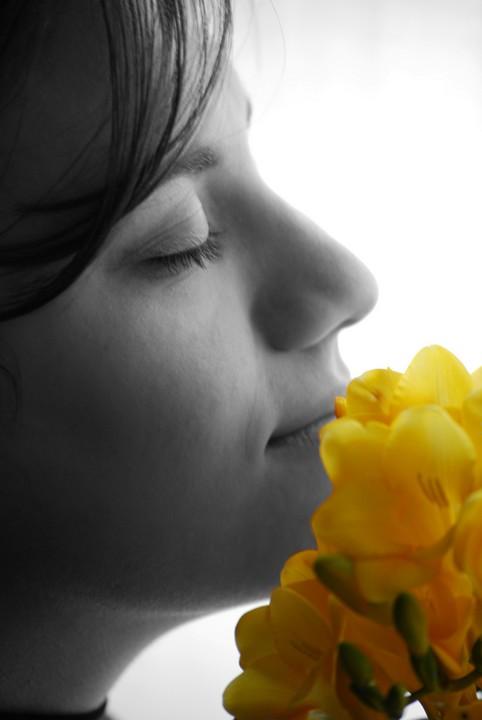 Una donna e i fiori: freschezza, bellezza, delicatezza ma allo stesso tempo fragilità. Data di scatto: 12/04/2011