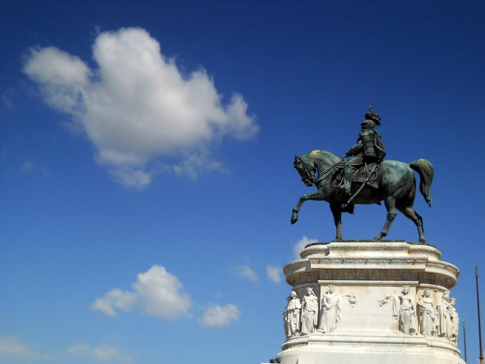Un particolare della statua equestre di Vittorio Emanuele II, fulcro dell'intero monumento del Vittoriano a Roma. Ho scelto questa composizione per dirigere lo sguardo dell'osservatore verso l'apparente movimento del cavallo al trotto verso il cielo. Data di scatto: 29/08/2011