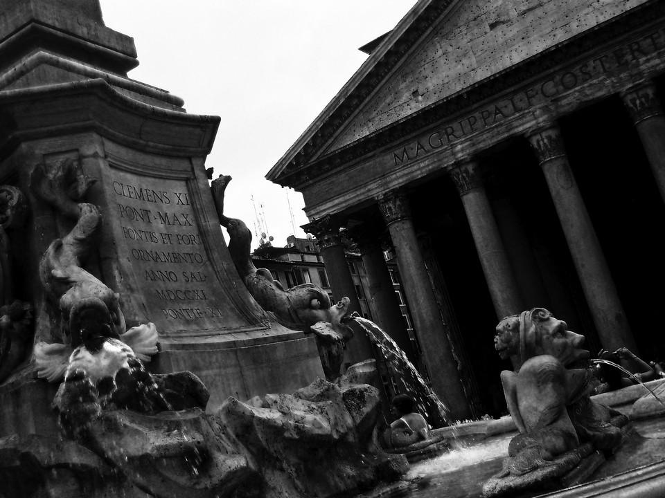 Un suggestivo B&W per descrivere uno scorcio che unisce la fontana di Giacomo della Porta e il Pantheon nell'abbraccio di Piazza della Rotonda. Data di scatto: 29/08/2011