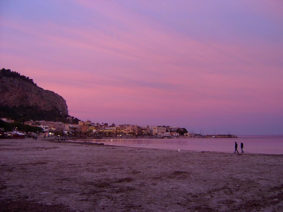 Un fantastico tramonto rosa a Mondello, frazione di Palermo. Non è stato utilizzato alcun filtro di post-elaborazione. Questo spettacolo è opera esclusiva del Creatore. Molto meglio di Photoshop...