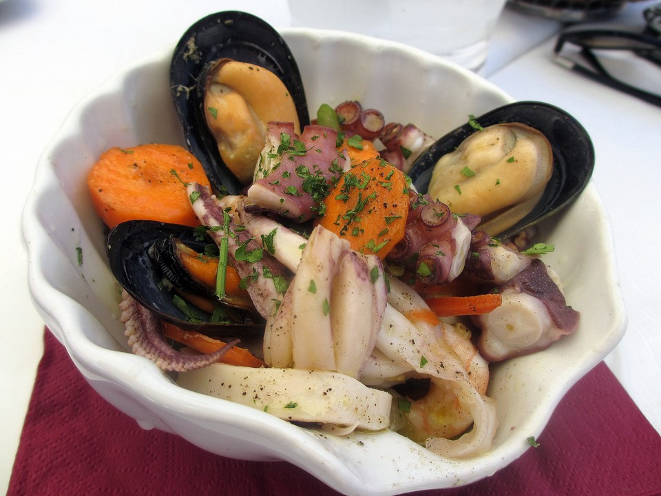 Una gustosa porzione di insalata di mare servita in una elegante conchiglia. Data di scatto: 18/06/2013.