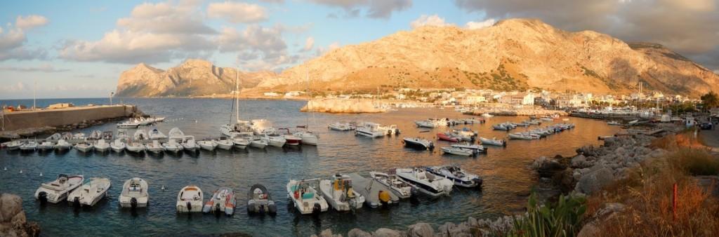 Una suggestiva panoramica al tramonto sul caratteristico porticciolo di Isola delle Femmine, località marinara e balneare vicino Palermo. Data di scatto: 30/06/2013.