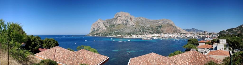 Una suggestiva panoramica che comprende il golfo di Sferracavallo e il lungomare di Barcarello sormontati dalla montagna di Capo Gallo.  Data di scatto: 16/06/2013.