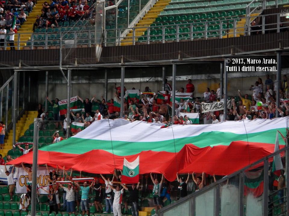 L'enorme bandiera esposta dai sostenitori bulgari all'ingresso in campo delle squadre e durante l'esecuzione degli inni nazionali, all''inizio della partita di calcio Italia - Bulgaria, valevole per la qualificazione al campionato del mondo FIFA 2014, disputata allo Stadio Renzo Barbera di Palermo il 6 Settembre 2013.