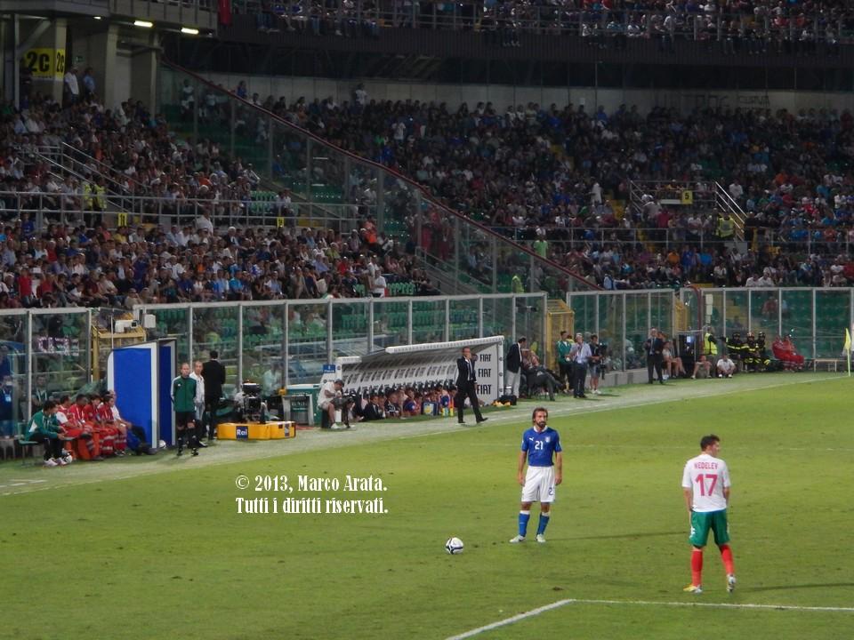 Andrea Pirlo prende le misure prima di battere un calcio di punzione, sua specialità, a favore dell'italia durante la partita di calcio Italia - Bulgaria, valevole per la qualificazione al campionato del mondo FIFA 2014, disputata allo Stadio Renzo Barbera di Palermo il 6 Settembre 2013.