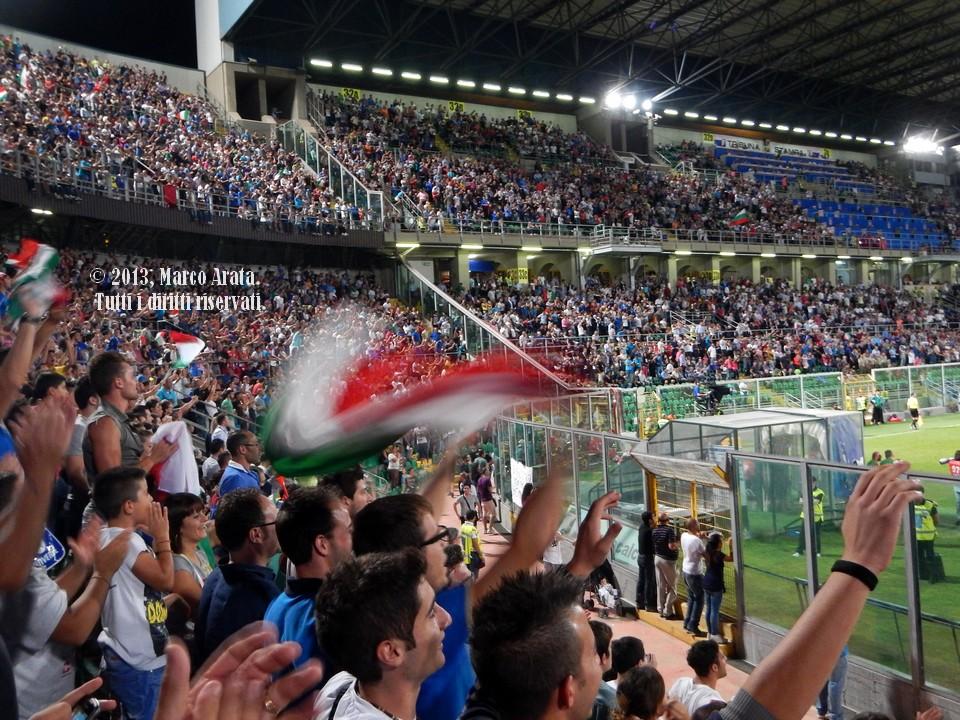 La festa dei tifosi azzurri nel momento del goal di Alberto Gilardino durante la partita di calcio Italia - Bulgaria, valevole per la qualificazione al campionato del mondo FIFA 2014, disputata allo Stadio Renzo Barbera di Palermo il 6 Settembre 2013.