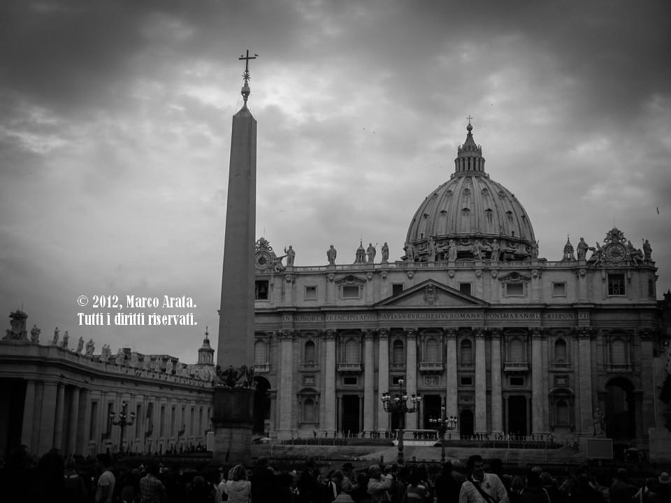Una suggestiva vista in bianco e nero di Piazza San Pietro a Roma. Data di scatto: 04/11/2012.