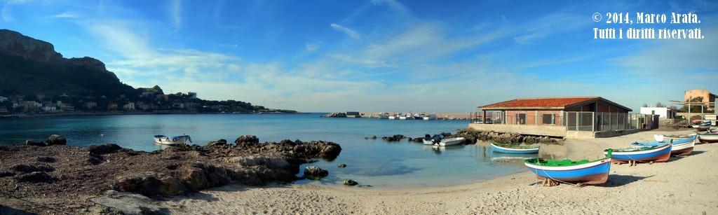 Una suggestiva panoramica sul mare del Golfo di Sferracavallo, ripreso dall'antico scalo delle barche dei pescatori. Data di scatto: 10/01/2014