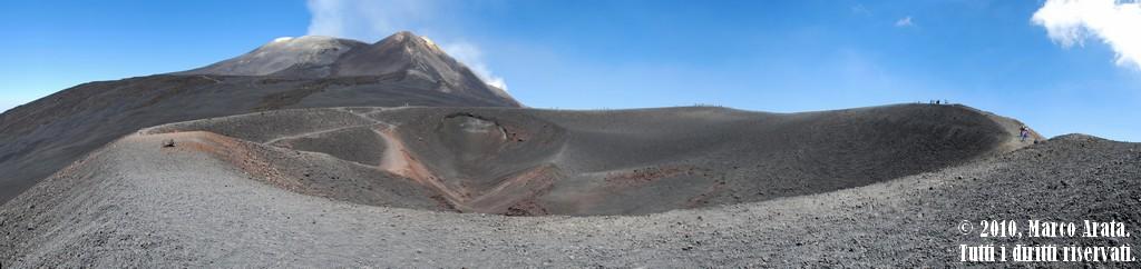 Una suggestiva panoramica dal monte Etna. L'immenso cratere ripreso è stato protagonista della famosa eruzione del 2002, iniziata il 27 Ottobre e conclusasi il 29 Gennaio dell'anno seguente. Data di scatto: Estate 2010
