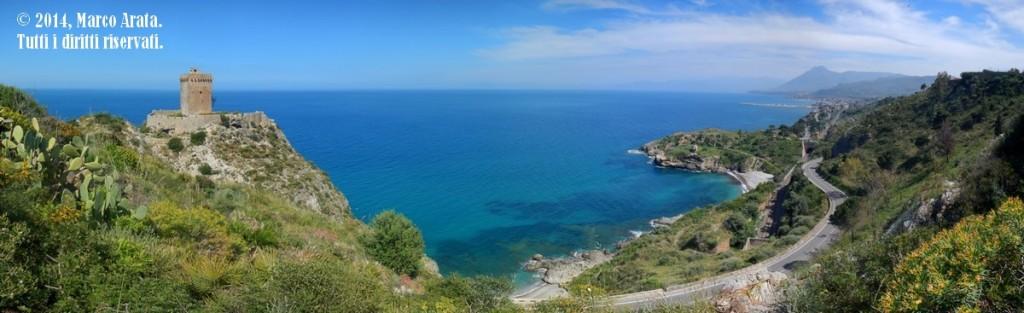 Una suggestiva panoramica del tratto di costa compreso tra Torre Normanna e Trabia, vicino Palermo.  Note tecniche: La panoramica è stata realizzata mediante il merge di nove scatti in verticale. Data di scatto: 21/04/2014
