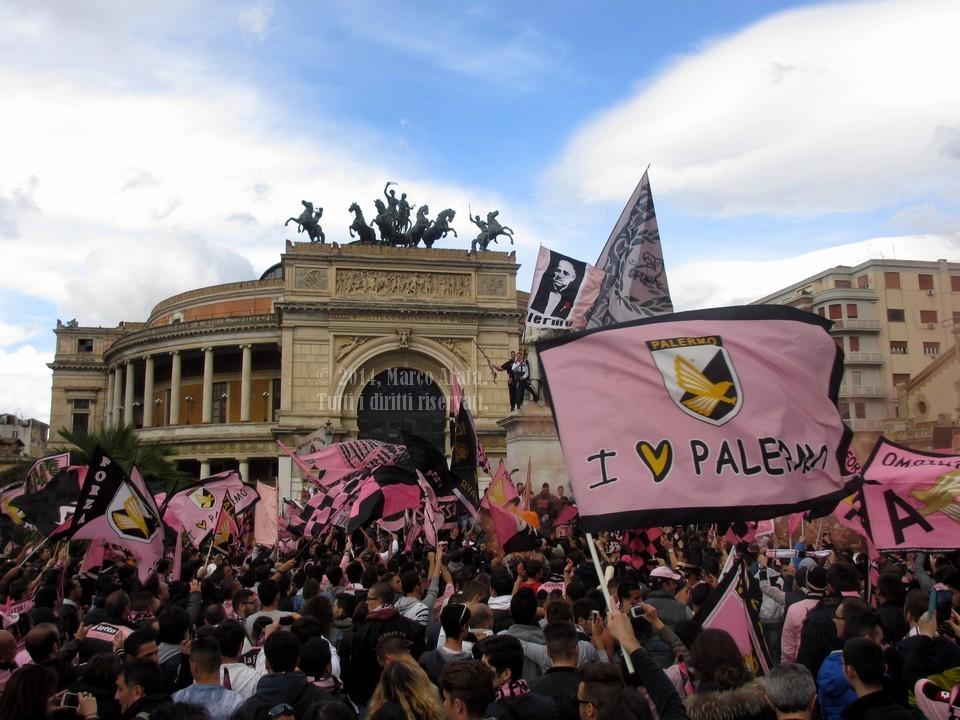 I tifosi dell'US Città di Palermo festeggiano la promozione in Serie A a Piazza Politeama, nel centro di Palermo. Data di scatto: 03/05/2014.