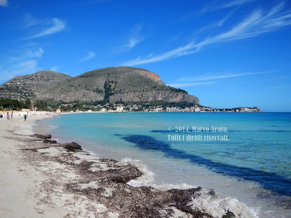 Una suggestiva panoramica sulla spiaggia di Mondello (Palermo) vista da Valdesi. Data di scatto: 01/05/2014.