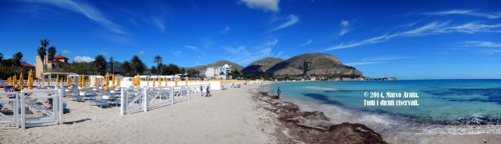 Una suggestiva panoramica sulla spiaggia di Mondello a Palermo, vista da Valdesi. Data di scatto: 01/05/2014.