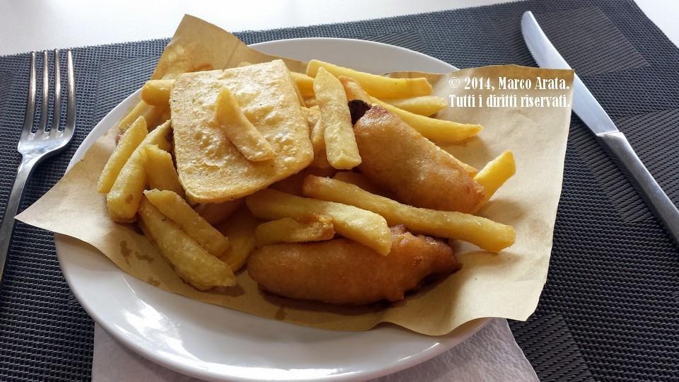 Un piatto tipico di cibo da strada palermitano, composto da patatine, panelle, crocchè e verdurine in pastella.