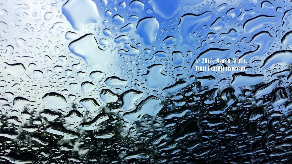 Lo spettacolo del cielo visto attaverso le gocce di pioggia, immortalato tramite il tettuccio trasparente di un'auto. Data di scatto 06/02/2015.