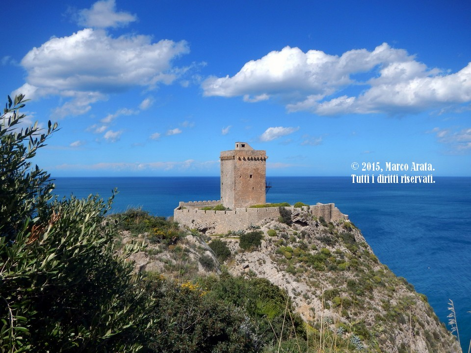 Uno scorcio suggestivo sulla Torre Normanna di Altavilla Milicia (Palermo) in una giornata luminosa di inizio primavera. Data di scatto: 04/04/2015.
