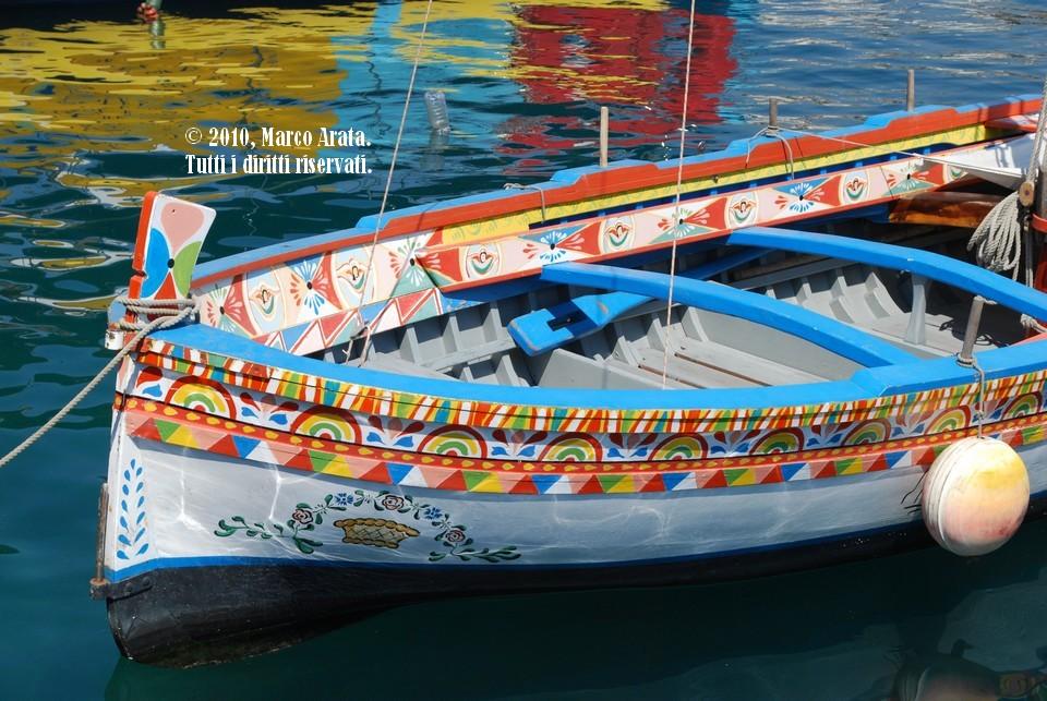 Il dettaglio delle coloratissime decorazioni di una lancia ormeggiata al porticciolo di Aci Trezza.  Data di scatto: 06/09/2010