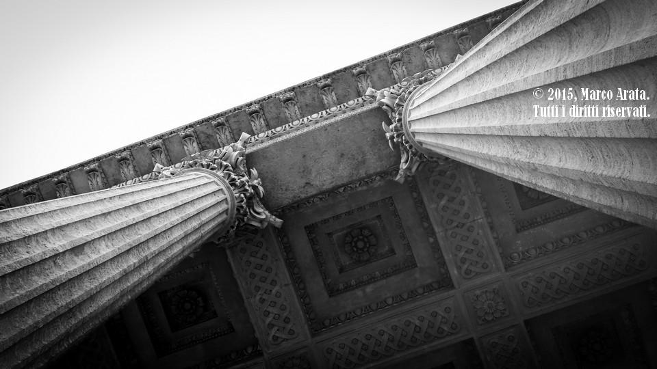 Le colonne dell'ingresso principale del Teatro Massimo di Palermo, colte da un punto di vista diverso dal solito.  Data di scatto: 19/04/2015.