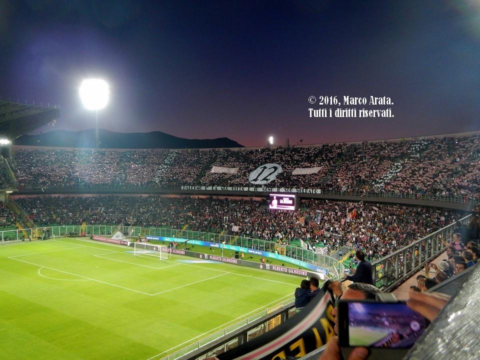 La coreografia della Curva Nord superiore all'ingresso in campo delle due squadre all'inizio di Palermo Vs Hellas Verona, che ricorda che il pubblico dello Stadio Renzo Barbera è sempre stato considerato il dodicesimo uomo in campo rosanero. Data di scatto 15/05/2016.