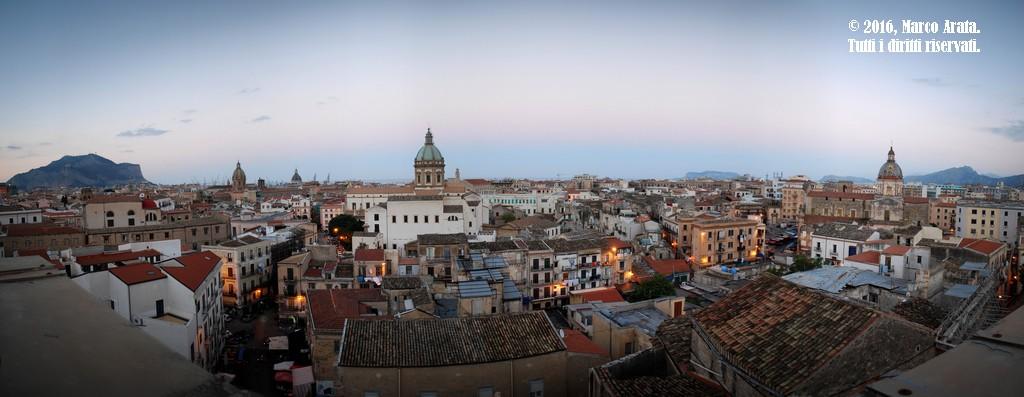 Una suggestiva panoramica sulla città di Palermo al tramonto dalla Torre di S. Nicolò di Bari all'Albergheria. Data di scatto: 30/10/2016.