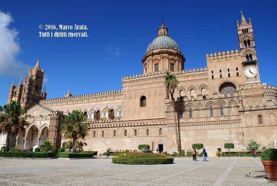 Una panoramica in prospettiva dell'imponente Cattedrale di Palermo. Data di scatto: 16/10/2016.