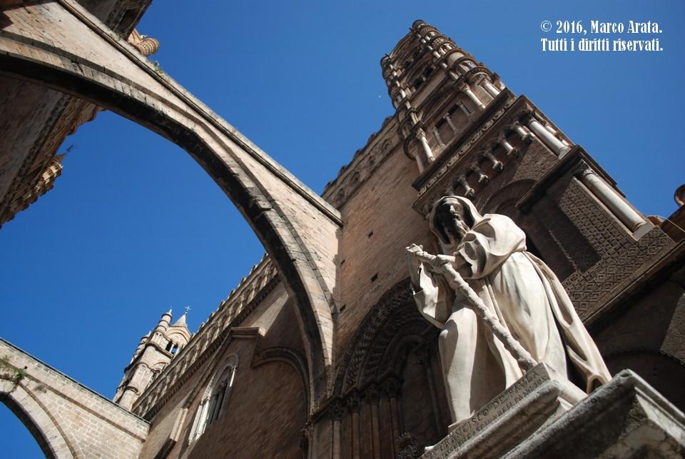 Prospettiva e geometrie suggestive emergono da questa vista dal basso della Cattedrale di Palermo ripresa da via Bonello. Data di scatto: 16/10/2016.