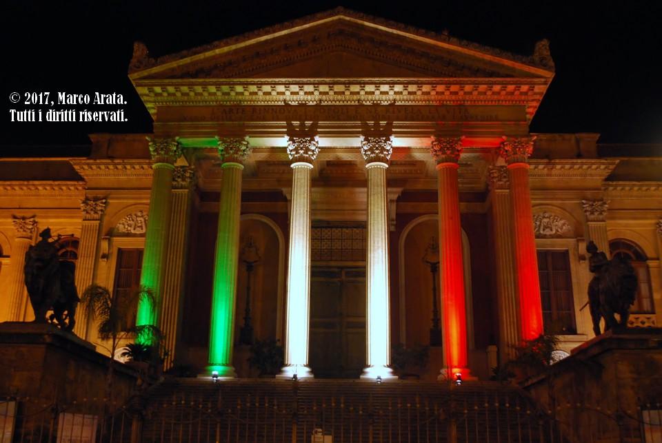 Il prospetto dello splendido Teatro Massimo di Palermo illuminato con i colori del tricolore italiano in occasione del conferimento della nomina di