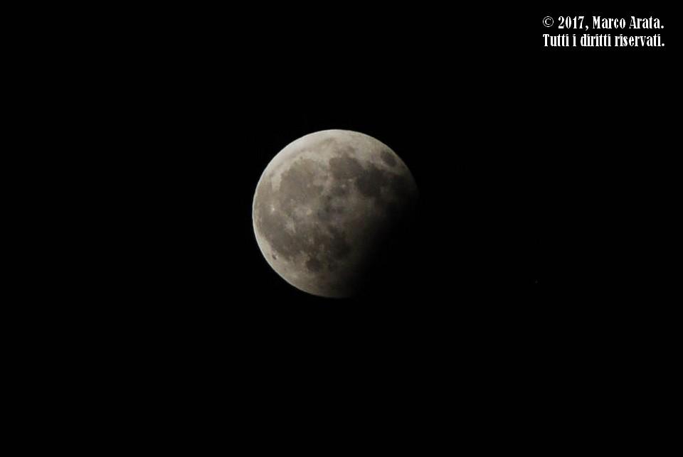 Uno scatto effettuato durante l'eclissi lunare parziale del 7 agosto 2017, in cui l'ombra della Terra ha oscurato la parte meridionale del nostro satellite dando l'impressione all'osservatore che ne manchi una parte a seguito di un morso. Data di scatto: 07/08/2017. Luogo di osservazione: Palermo.