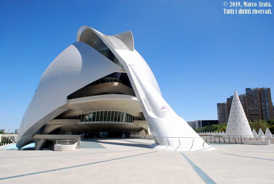 Progettato dall'architetto valenciano di fama mondiale Santiago Calatrava, è il teatro dell'opera di Valencia e sede dell'Orchestra de la comunidad Valenciana. Costituisce parte del famoso complesso architettonico denominato
