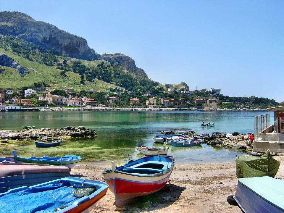 Uno scorcio sull'interno del porticciolo di Sferracavallo, borgata di pescatori di Palermo. Mi piace tanto la tavalozza di colori che caratterizza questo scatto in questa location che amo. Data di scatto: 11/05/2009