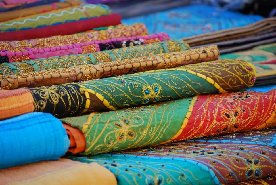 I colori vivaci caratteristici della mercanzia di un venditore ambulante di tessuti orientali. Data di scatto: 12/03/2011