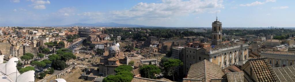 Una suggestiva panoramica sui fori imperiali ottenuta dalla Terrazza delle Quadrighe del Complesso del Vittoriano.