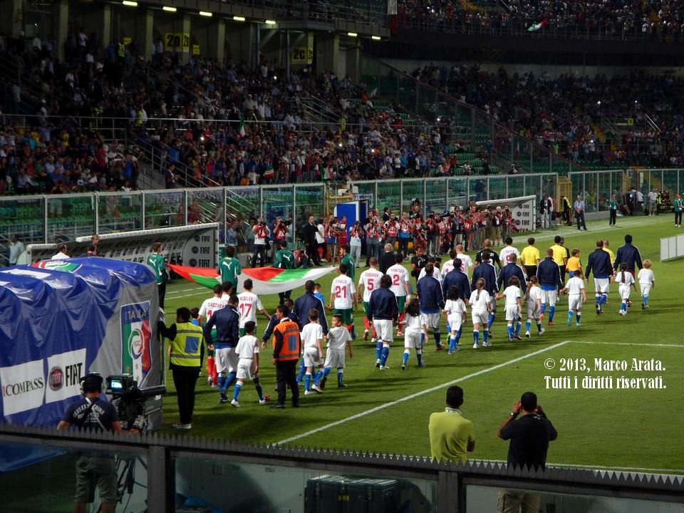 L'ingresso in campo delle due squadre all'inizio della partita di calcio Italia - Bulgaria, valevole per la qualificazione al campionato del mondo FIFA 2014, disputata allo Stadio Renzo Barbera di Palermo il 6 Settembre 2013.