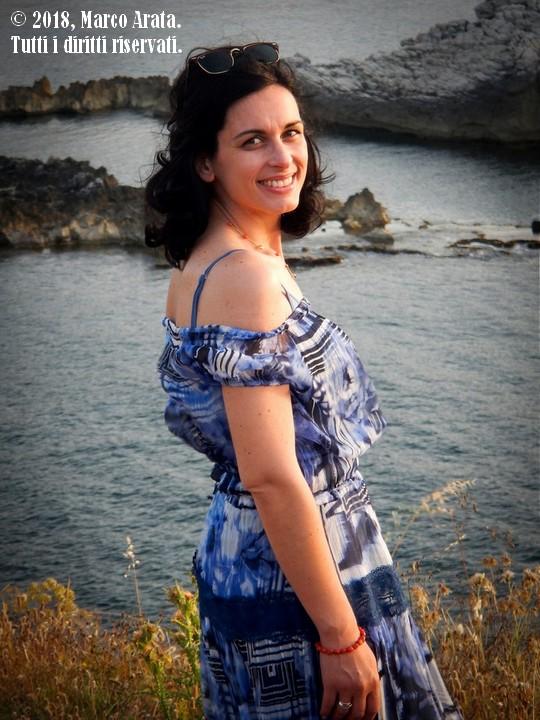 Un ritratto illuminato dalla calda luce del tramonto nel suggestivo scenario di Cala Rossa a Terrasini (Palermo). Modella: Marta. Location: Cala Rossa (Terrasini). Data di scatto: 02/06/2018.